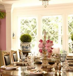 The table setting is so elegant. Love the pink walls and soft white wood trim. Beautiful Interiors, Beautiful Homes, Pink Dining Rooms, Raindrops And Roses, Table Top Design, Shabby, H & M Home, Elegant Dining, Pink Walls