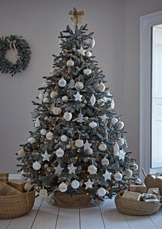 Charming outdoor christmas tree decorations you should try this year 50 Spruce Christmas Tree, Frosted Christmas Tree, Christmas Tree Inspiration, Elegant Christmas Trees, Christmas Tree Design, Christmas Tree Themes, Rustic Christmas, Outdoor Christmas, Silver Christmas Tree
