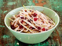 Pähkinäinen kaali-puolukkasalaatti - Reseptit Spaghetti, Food And Drink, Ethnic Recipes, Anna, Noodle
