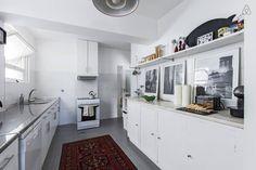Veja este anúncio incrível na Airbnb: Charming 1950's downtown bedroom em Porto