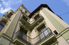 Casa de las Brujas. Alicante.   Construida en 1911 y de estilo modernista, decorada con bellos motivos vegetales art nouveau, actualmente sede de la Generalitat Valenciana y -Bien de interés cultural-.