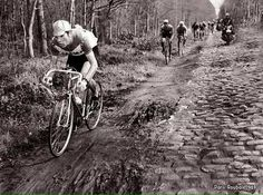 Parigi-Roubaix 1969, 13 aprile. Eddy Merckx (1945) all'attacco nella foresta di Arenberg