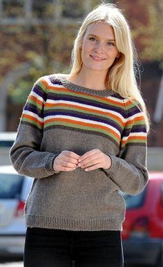Gratis strikkeopskrifter: Den klassiske raglan-sweater har striber i varme efterårsfarver som effekt på bærestykket