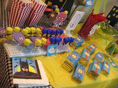 Candy Station de Super Heroes de la barra dulce Kriptonita de manzana, Super Lollipops voladores, dulces, chicles y chocolates variados y aguitas de super poderes: invisivilidad, vision nocturna y super velocidad #labarradulce #Guatemala #candy #CandyStation #dessertTable #buffetdedulces #mesadepostres #dulces #pastel #cupcakes #cake #superheroe #superman #batman #wonderwoman #theflash #theavengers #justiceleague