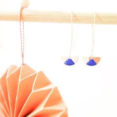 Les boucles d'oreilles moon émail bleu Majorelle