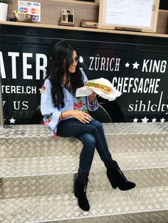 The Rüsterei Foodtruck - Angie's Lifestyle Navy Boots, Jeans And Boots, Going Out Outfits, Flower Fashion, Make You Feel, Daily Fashion, Different Styles, Shirt Style, About Me Blog