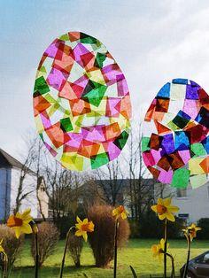 Osterei Fensterbilder basteln mit Kindern: Sonnenfänger Ostereier aus Transparentpapier sind schnell und einfach selbst gemacht. Suncatcher Fensterbilder Bastelanleitung für Kinder >>