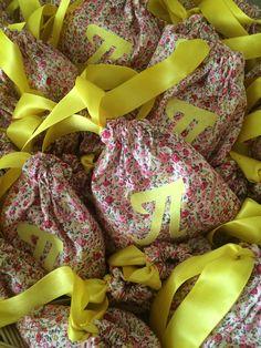 Favors pouches with monogram made of floral fabric - Μπομπονιέριες πουγκιά από φλοράλ ύφασμα με μονόγραμμα #favorchristening #handmadefavor #christening #mpomponieres #almanogr #μπομπονιερες #βάφτιση