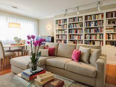 Salón con sofá con chaise longue y librería