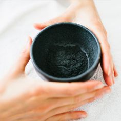 Face masks are completely plant-based and are blended on the spot according to the specific requirements of your skin at that moment. Colours range from yellow, orange, red, green and brown to snow white and deep black, depending on the mineral and plant ingredients. The result: you leave with glowing, perfectly balanced skin that is comfortable for days afterwards!