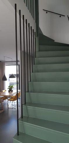 Maatwerk verticale balustrade, gemaakt van ronde spijlen. Voorzien van matzwarte poedercoating. Bekijk meer van ons staalwerk op thuisbijdees.nl!
