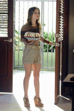 Zoe von Hart of Dixie trägt so gut wie immer Shorts - und sie stehen ihr verdammt gut! Durch High Heels oder Keilabsätze sehen ihre Beine noch länger aus! #HartofDixie | Stylefeed