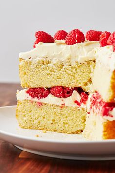 Raspberry + white chocolate = one of our FAVE flavour combos, so this White Chocolate And Raspberry Cake is a natural winner. Rasberry Cake, White Chocolate Raspberry Cake, Chocolate Orange Cheesecake, Chocolate Sponge Cake, Chocolate Treats, Lemon Birthday Cakes, Salted Caramel Cake, Lemon Cake Mixes, Sponge Cake Recipes