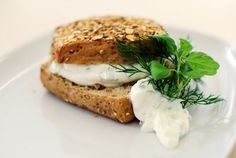 //Make your own Greek sandwich// All you need to make a Greek tzatziki is five ingrediens: 8 ounce of plain yogurt, 2 diced cucumbers, 3 cloves garlic, 2 tablespoons olive oil and fresh herbs. Greek Sandwich, Salsa Tzatziki, Gourmet Recipes, Healthy Recipes, Clean Eating, Healthy Eating, Some Recipe, Chocolate Truffles, Korn