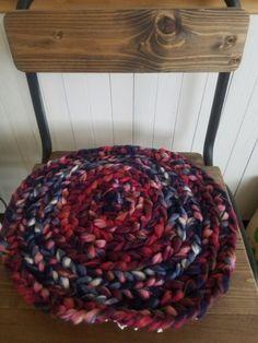 ダイソー新製品のフリースヤーンでほっこりチェアマット|LIMIA (リミア) Merino Wool Blanket, Diy And Crafts, Weaving, Diy Rugs, Handmade, Kitchen, Cuisine, Kitchens, Craft