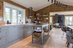 Cabin kitchens, cottage kitchens, small kitchens, house in the woods, halle Log Home Kitchens, Cottage Kitchens, Small Kitchens, Cabin Style Homes, Log Cabin Homes, Cabin Chic, Cottage Interiors, Cottage Design, Updated Kitchen