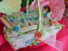 Presentación de abanicos para las invitadas de la boda. Son en color crema y adornos en turquesa y salmón.