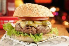 """Eu que sou um apaixonado por hamburguer, segue informacoes sobre a festa de dois anos do Stunt Burger. O evento acontecerá no dia 15 de fevereiro, quarta-feira, a partir das 19h.   Além do """"open bar"""" de hambúrgueres (serão três opções, o Cheese Salada, Cheese Burger e o Stunt Burger), batatas fritas e cerveja Miller, a festa terá outras atrações, como o duo de dj´s In.D.Cent, projeções, e venda de camisetas e bonés. O endereço do Stunt Burger é Rua José Jannarelli, 426. Os convites podem…"""