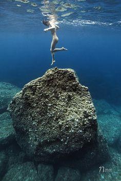 Muévete suave y elegante. No intentes moverte como si estuvieras en tierra firme. Cala Llucalari, Menorca, Mediterranean Sea. www.27mm.net