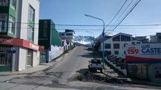 Las imponentes montañas se dejan ver entre el marco de la ciudad.