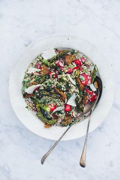Spring Buckwheat Salad with Grilled Asparagus, Strawberries and Radishes - Green Kitchen Stories Superfood Recipes, Vegetarian Recipes, Healthy Recipes, Whole Food Recipes, Dinner Recipes, Cooking Recipes, Buckwheat Salad, Asparagus Recipe, Asparagus Salad