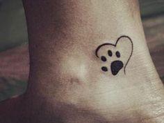 tatouage simple, empreinte de patte et coeur tatouées sur la cheville
