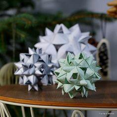 Jeg faldt pladask for papir julekuglerne, som en af mine kollegaers ægtefælle har lavet af stjernestrimler / papirstrimler. Da jeg fa... Homemade Christmas Tree, Cone Christmas Trees, 12 Days Of Christmas, Christmas Crafts, Christmas Decorations, Xmas, Christmas Ornaments, Diy Origami, Origami Tutorial
