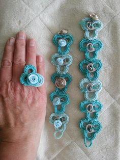 Armbanden en ring gehaakt met bliklipjes. Eigen werk.