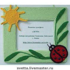 Porta retrato tejido Crochet Home, Crochet Baby, Foto Frame, Crochet Wreath, Unique Crochet, Baby Nursery Decor, Diy Doll, Doll Patterns, Crochet Projects
