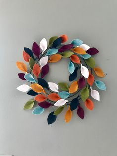 It takes more time than talent to create, so keep reading to find out how to make your own felt leaf wreath. It's a colorful addition to any Fall decor. Felt Flower Wreaths, Felt Wreath, Wreath Crafts, Diy Wreath, Felt Flowers, Fabric Wreath, Autumn Crafts, Holiday Crafts, Fall Felt Crafts