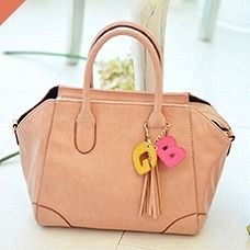 ネイビーの裏地と淡いピンクのカラーバランスが女子心をくすぐります。デートに最適なバージョンです。 (働く女子みんなでつくるGIRLS BAG/Mini ¥9,975)