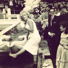wanted to cool down her dogs... in front of a gazillion people, of course! ;-) Marilyn Monroe 1956-57