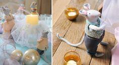 Les souris de Cendrillon décorent la table de NoëlMascottes de la fête, nos amies les petites sourisveillent au moindre détail. Habillez-les avec des vêtements miniatures et disposez-les sur la table de Noël.