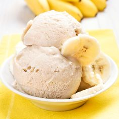 Rezept um Low Carb Bananeneis selber zu machen - ein einfaches Eisrezept für kalorienarme, kohlenhydratarme und gesunde Eiscreme ohne Zusatz von Zucker ...