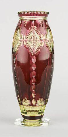 Vaso de cristal duplo, de urânio e rubis, com design de Joseph Simon, e produzido pelo fabricante Val Saint Lambert de Seraing, na Bélgica.