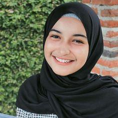 Beautiful Hijab Dara Full of Romance - senyum si gadis Arab Girls, Muslim Girls, Muslim Women, Girl Hijab, Hijab Outfit, Hijab Casual, Ootd Hijab, Black Girl Fashion, Womens Fashion
