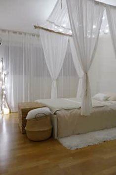 Bett mit schieren Gardinen umgeben oder mit dichten Vorhängen ...