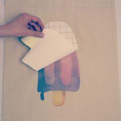 Bedrucke deine Textilien ganz einfach von zu Hause. Du brauchst lediglich einen Drucker und ein Bügeleisen #diy #handmade #homemade #bastelnmitkindern #basteln #bastelanleitung Diy Mode, Cards, Gift, Textile Printing, Simple, Craft Tutorials, Maps, Gifts