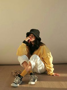 Outfits With Hats, Retro Outfits, Stylish Outfits, Cool Outfits, Girl Photography Poses, Fashion Photography, Mode Monochrome, Look Fashion, Fashion Outfits