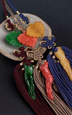 실크 술 전통 비취 산호 호박 노리개 Korean Traditional Dress, Traditional Fashion, Traditional Art, Traditional Outfits, Korean Accessories, Silver Accessories, Costume Accessories, Korean Hanbok, Korean Dress