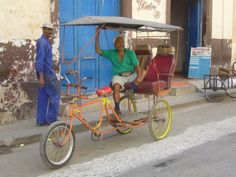 La Habana, Habana Vieja (waiting for customers) - Cuba
