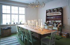 Tunnelmallisen ruokasalin huonekalut ovat nettihuutokaupoista. Vasemmalla näkyvässä vanhassa puupaljussa säilytetään vilttejä ja tyynyjä. Valkoiset kynttilänjalat ovat kirpputoreilta tai lahjaksi saatuja. Astiat ovat kirpputorilöytöjen lisäksi Ikean lautasia sekä Villeroy & Bochin liilat viinilasit.