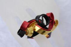 """#Schmuck #Ring #schwarz #rot #gold #EM2016 #Schalring Hier stelle ich Euch einen extravaganten Ring aus Aluminiumdraht aus meiner """"Wirrwarr-Ring"""" Kollektion vor. In diesem Fall habe ich 5x2 mm..."""