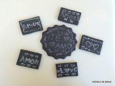Aprenda como fazer giz comestível para bolos e cupcakes com efeito quadro-negro. ASSISTA AO VÍDEO AQUI...