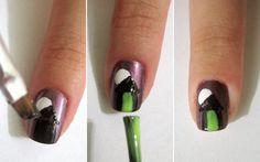 Casinha  Passo 4: pinte o telhado com o esmalte preto.  Passo 5: faça uma faixinha com esmalte verde no centro da casa (vai ser a porta).  Passo 6: pronto! Deixe secar bem e depois aplique o extra-brilho.