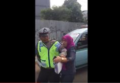 Selamat sore Mas bro dan Mbak sis… Sebuah video yang menayangkan seorang ibu-ibu emosi dan menyerang polisi lalu lintas beredar di dunia maya dan menjadi viral. Peristiwa itu disebutkan terja…