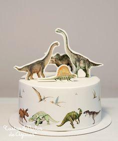 Tarta Dinosaurios, decorada con papel de azúcar sobre fondant | tartas y nubes de azúcar