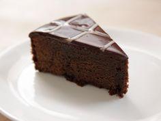 "How to Make Ina Garten's Chocolate Ganache Cake ""Them: """"Three words, twenty letters. Say it and I'm yours."""" Us: """"Chocolate Ganache Cake. Food Cakes, Cupcake Cakes, Chocolate Ganache Cake, Chocolate Desserts, Tempering Chocolate, Delicious Chocolate, Hot Chocolate, Chocolate Syrup, Nigella Chocolate Cake"