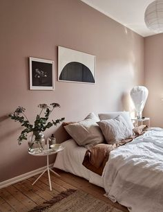 Dusty pink bedroom walls While taking almost up to a year to decide on a very light (and safe choice) grey to paint the living room wall at home, some people just dare and go for pink in the bedroom. so nice Continue reading Dusty Pink Bedroom, Pink Bedroom Walls, Pink Bedroom Design, Bedroom Wall Colors, Pink Bedrooms, Pink Room, Home Bedroom, Ideas For Bedroom Walls, Wall Colours