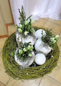 Groszki i róże... Easter Flower Arrangements, Easter Flowers, Spring Flowers, Floral Arrangements, Outside Decorations, Holiday Day, Diy Ostern, Egg Art, Arte Floral